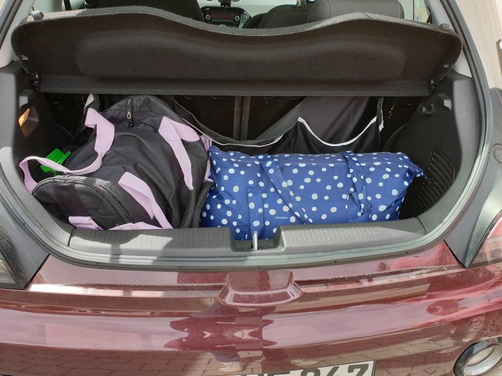 Foto, das einen gefüllten Kofferraum zeigt