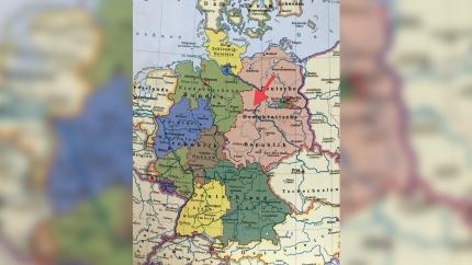 Alte Landkarte mit BRD und DDR mit Pfeil auf Magdeburg.