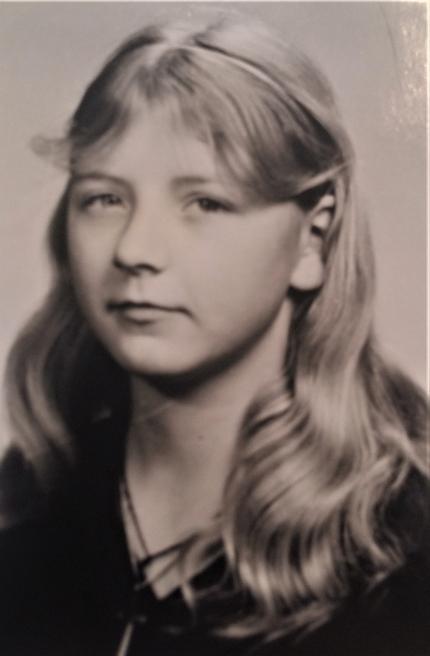 Schwarz-weißes Portrait-Foto von Katrin als Jugendliche