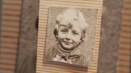 Ein Schwarz-weiß-Foto aus dem Familienalbum zeigt ein junges Mädchen mit einem genoteten Halstuch.