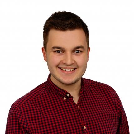 Foto: Portrait eines freundlich lächelnden jungen Mannes