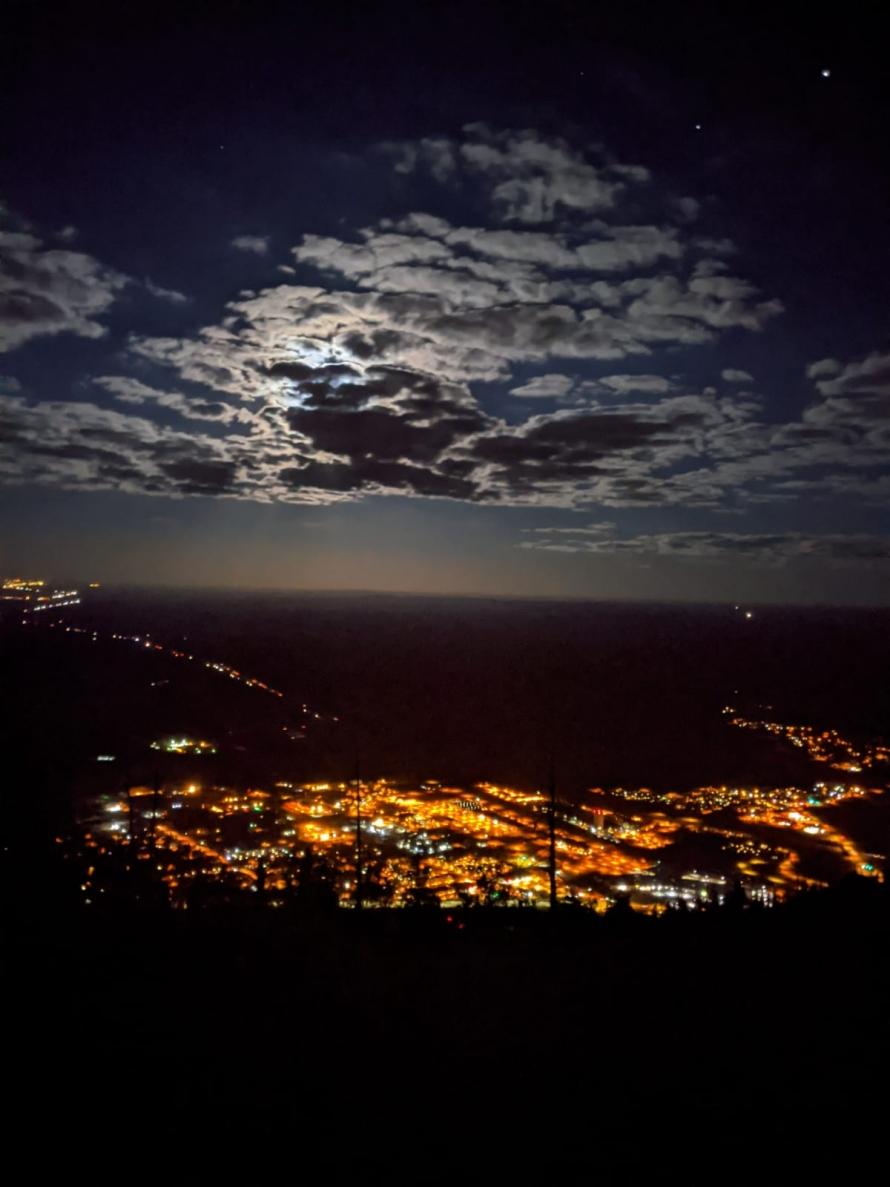 Foto der Stadt Flagstaff bei nacht im Mondschein aus der Vogelperspektive