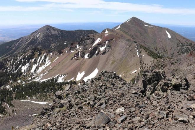 Foto: Ausblick vom felsigen Humphreys Peak auf andere karge Gipfel