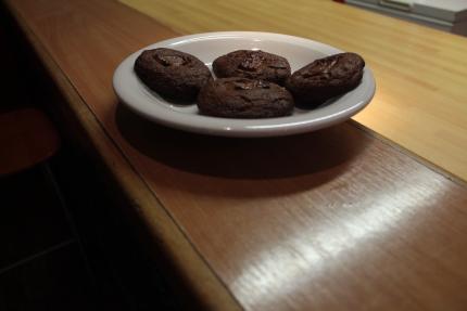 Foto: Sehr dunkle selbst gebackene Kekse auf einem Teller