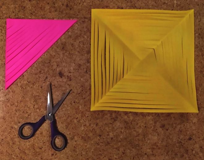 Foto: Eingeschnittene Papiere, einmal gefaltet, einmal geöffnet