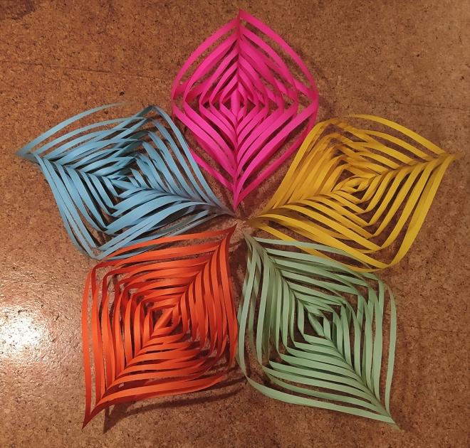 Foto: Die fünf geschnittenen Papiere liegen schon wie ein Stern zusammen