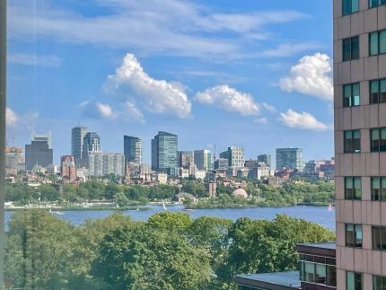 Foto aus einem Fenster auf viele Hochhäuser / die Skyline von Boston
