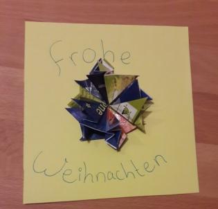Foto: Der fertig gebastelte Stern klebt auf einer selbst gebastelten Weihnachtskarte
