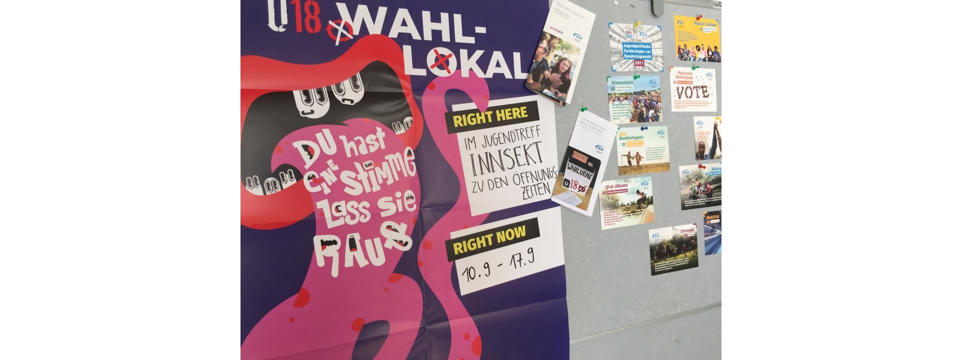 Foto: Auf einer Wand hängt ein Plakat zur U-18 Wahl mit dem Spruch: Du hast eine Stimme. Lass sie raus!