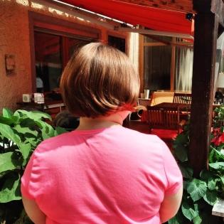 Foto: Junge Frau mit kurzen Haaren von hinten