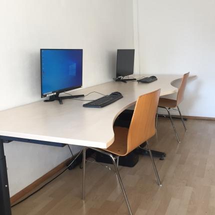 Foto: 2 neue PC-Arbeitsplätze an einem modernen weißen Schreibtisch